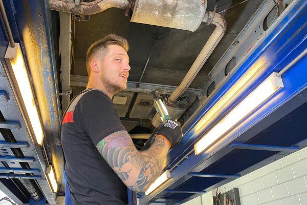 Inspectie onder de auto
